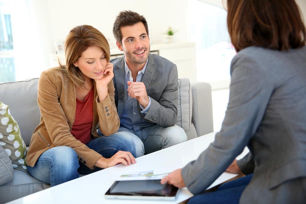 Pareja refinanciando hipoteca