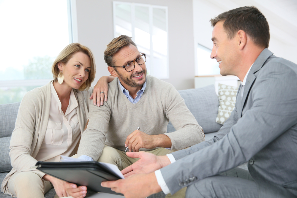 Pareja revisando seguro de daños para hipoteca