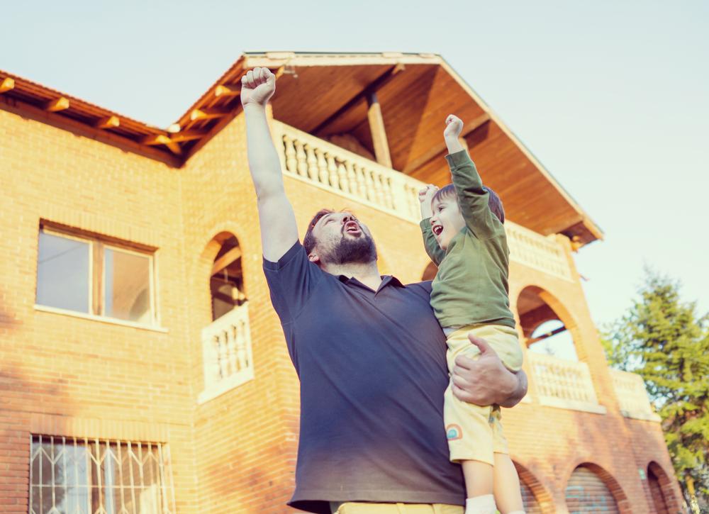 Padre e hijo comprando una casa con credito hipotecario